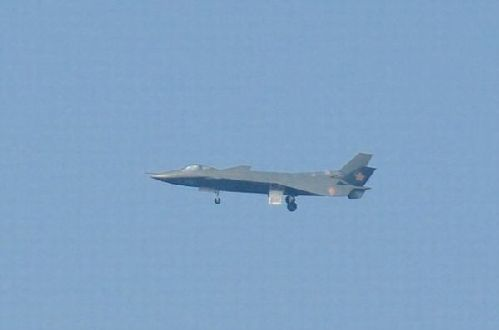 j-20于11日在成都一个飞机场上空飞行
