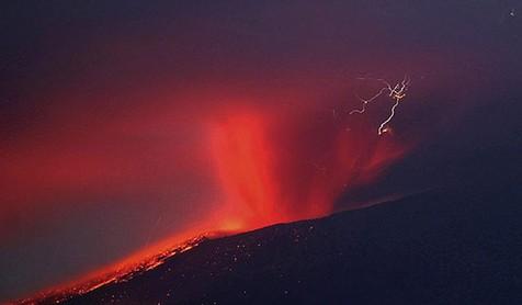 首页 幻灯片   4月18日,日本雾岛新燃岳火山再次发生小规模喷发,山顶