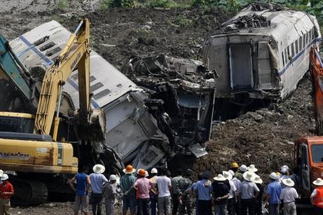 动车追尾事故现场挖坑 官方承认埋车头