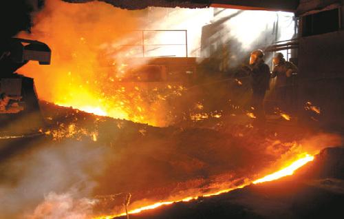 青海西宁市西钢工人-西宁特钢集团生产技术人员在高炉作业区作业图片