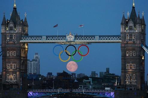 圆圆的月亮与伦敦塔桥上的奥运五环