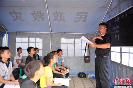 云南震区学生向老师鞠躬致谢