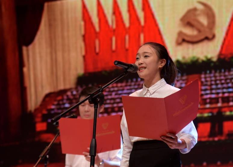 云南:高校学子朗诵诗文纪念建党95周年