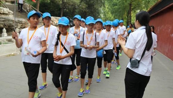 北京景山公园内传来了杂多学生的笑声(图)
