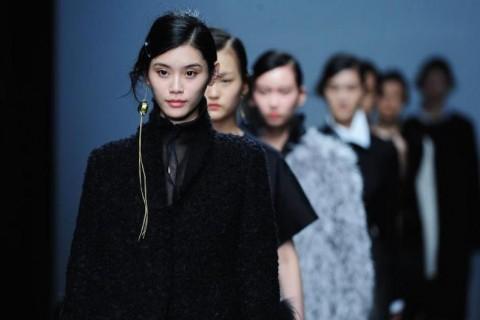 深圳时装周开幕 模特演绎时装大秀