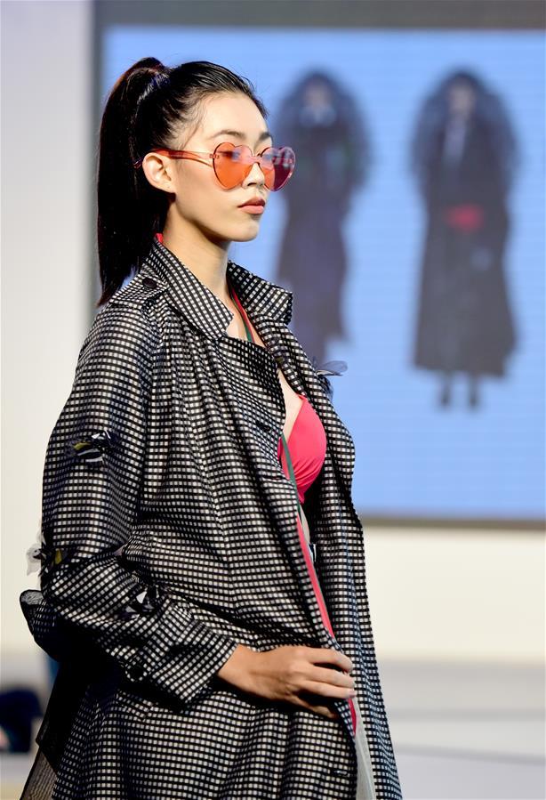 8月16日,模特在展示获奖时装作品。 当日,2019台北TOP时装设计大赏决赛在101大楼举行。 新华社记者 朱祥 摄