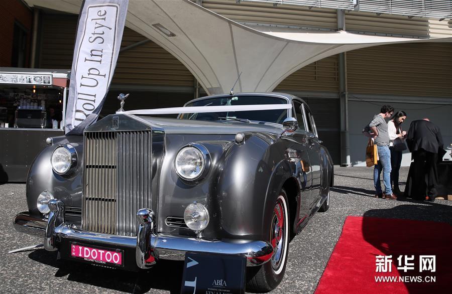 这是8月18日在澳大利亚悉尼奥林匹克公园举行的悉尼婚博会上拍摄的劳斯莱斯婚车。 当日,2019年度悉尼婚博会在悉尼奥林匹克公园举行。 新华社记者白雪飞摄