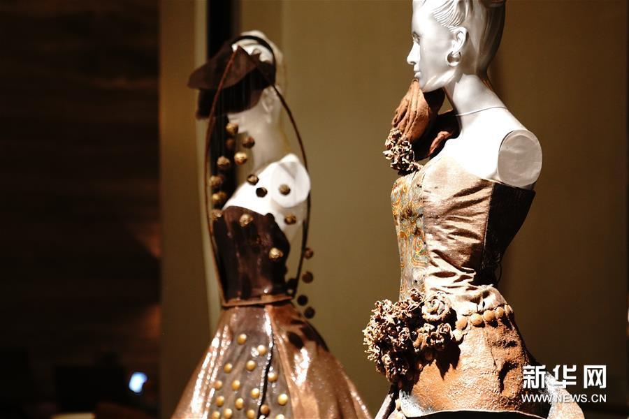这是8月27日在斯里兰卡科伦坡拍摄的用巧克力装饰的服饰。新华社记者唐璐摄