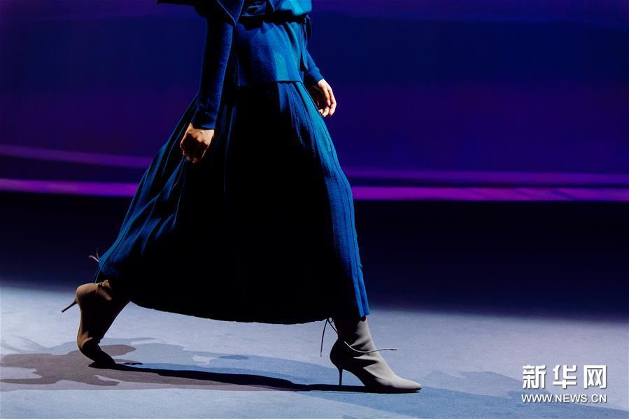 9月3日,模特在2019北京时装周开幕大秀上展示服装作品。 当日,2019北京时装周正式开幕。 新华社记者刘金海摄