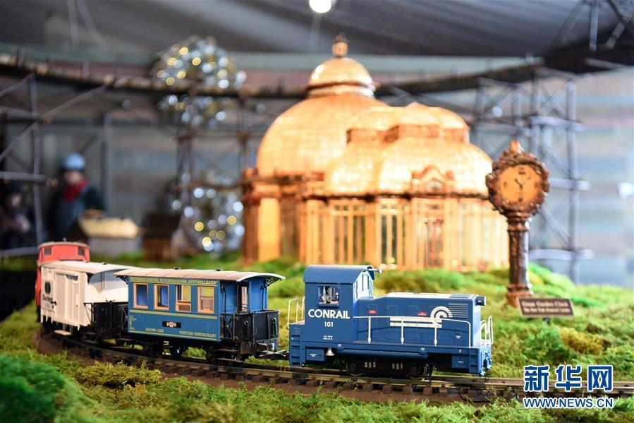11月26日,在美国纽约植物园节日小火车展上,一辆模型小火车驶过纽约植物园温室微缩模型。  纽约植物园节日小火车展是纽约冬季传统活动之一,迄今已举办28届。今年的小火车展从2019年11月23日持续至2020年1月26日。各式火车模型穿行在用桦树皮、橡果、肉桂条等天然材料制成的175个纽约经典地标微缩模型中,为游客带来欢乐的节日气氛。  新华社记者 韩芳 摄