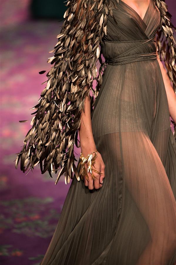 1月20日,在法国巴黎举行的高级定制时装周上,模特展示迪奥品牌2020春夏新品。 新华社发(皮耶罗·比亚西翁 摄)
