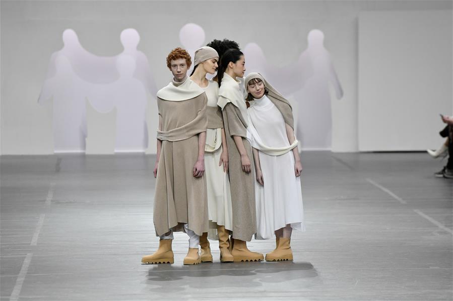 3月1日,模特在法国巴黎时装周上展示三宅一生品牌2020-2021秋冬新品成衣。 新华社发(皮耶罗·比亚西翁摄)