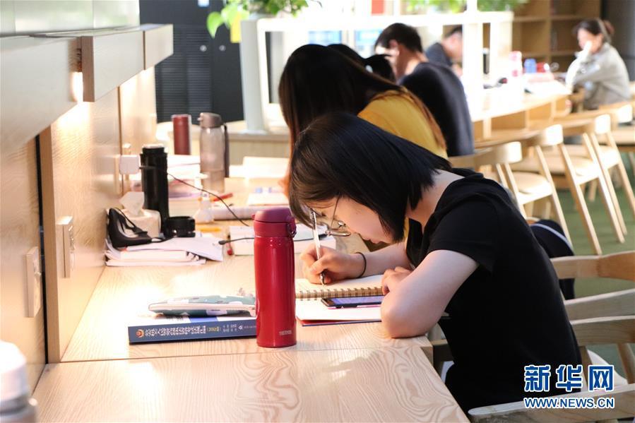 """市民在鄂尔多斯市东胜区图书馆的""""自助图书馆""""内自习(9月5日摄)。 新华社记者 朱文哲 摄"""