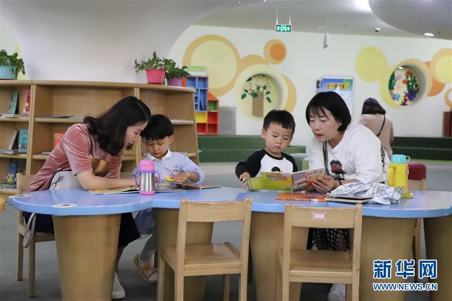 家长和孩子在鄂尔多斯市东胜区图书馆的少儿阅读体验馆内阅读(9月5日摄)。 新华社记者 朱文哲 摄