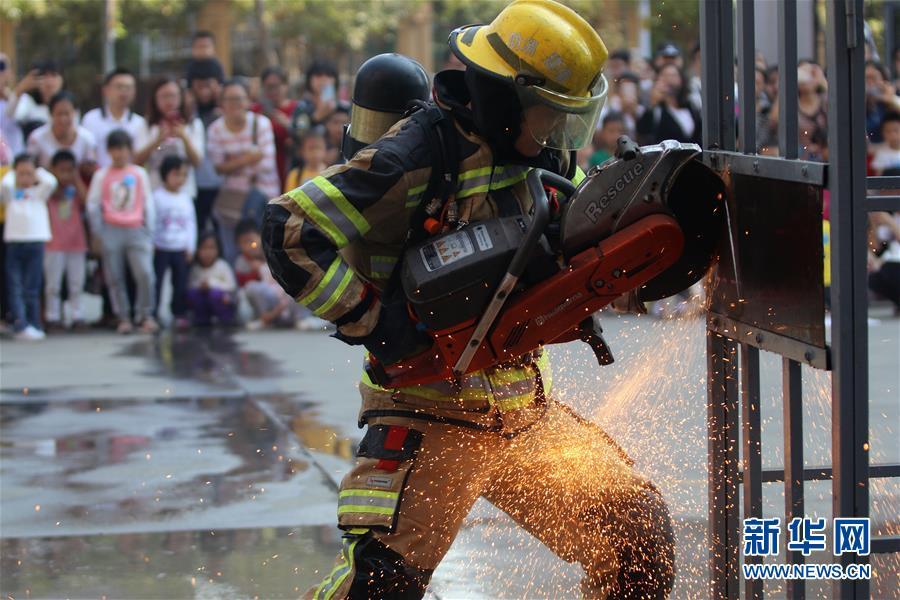 11月24日,在厦门市消防救援支队特勤大队,消防队员向小朋友和家长展示金属切割机破拆救援技能。新华社发(曾德猛 摄)