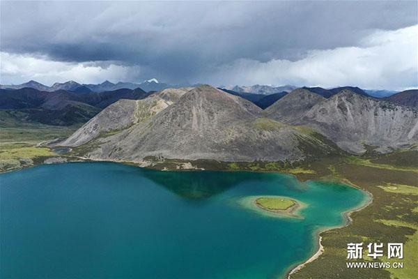 西藏:高山环抱的思金拉错