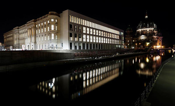 这是8月19日在德国柏林拍摄的正在修建中的城市宫夜景。 新华社/路透