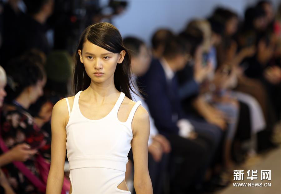 9月4日,在美国纽约,模特在纽约时装周上展示三枪品牌时装。 当日,中国内衣品牌三枪亮相2020纽约春夏时装周。 新华社记者秦朗摄