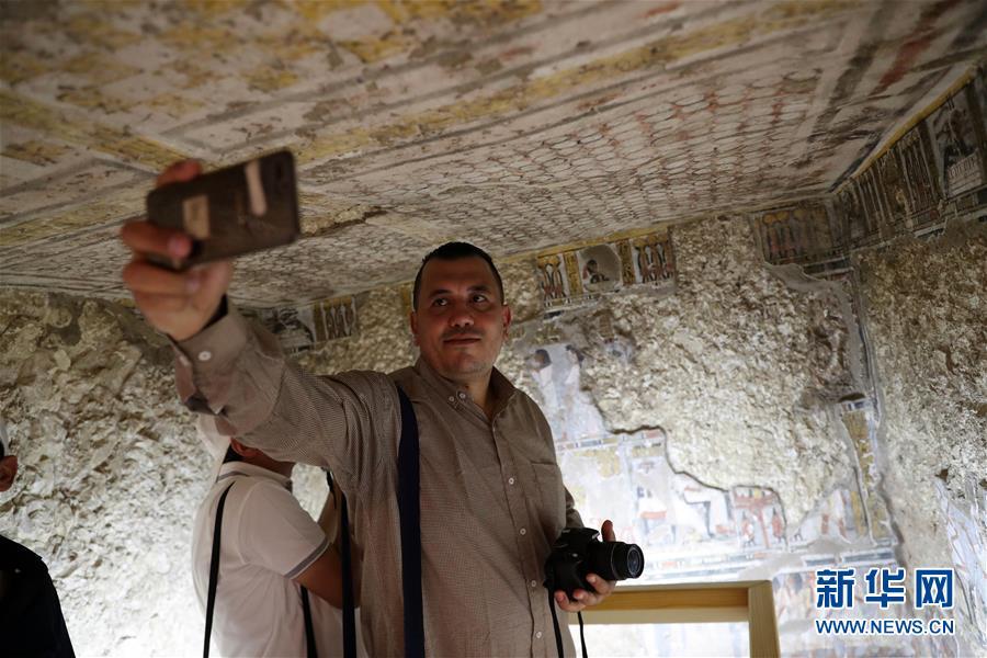 9月8日,在埃及卢克索,一名男子在一座古墓内自拍。 埃及文物部8日在埃及南部旅游城市卢克索召开新闻发布会,宣布两座拥有3300年历史的古墓完成修复后正式向游客开放。埃及最高文物委员会秘书长穆斯塔法·瓦齐里在发布会上说,这两座古墓位于尼罗河西岸,古墓壁画保存完好,描绘了当年的日常生活。 新华社发(艾哈迈德·戈马摄)