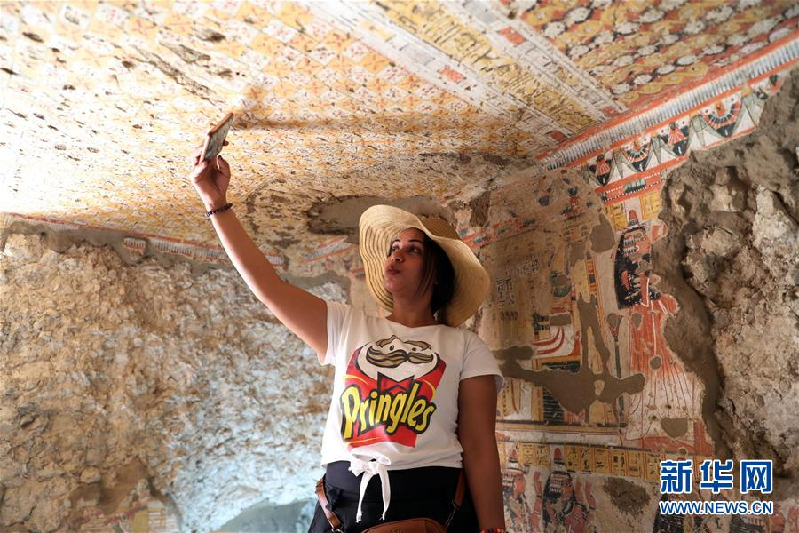 9月8日,在埃及卢克索,一名女子在一座古墓内自拍。 埃及文物部8日在埃及南部旅游城市卢克索召开新闻发布会,宣布两座拥有3300年历史的古墓完成修复后正式向游客开放。埃及最高文物委员会秘书长穆斯塔法·瓦齐里在发布会上说,这两座古墓位于尼罗河西岸,古墓壁画保存完好,描绘了当年的日常生活。 新华社发(艾哈迈德·戈马摄)