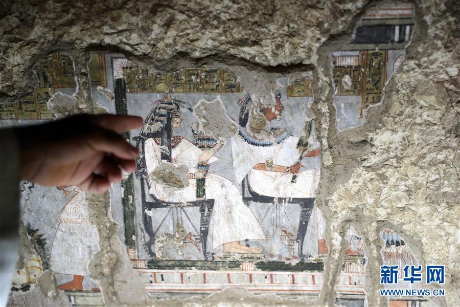 这是9月8日在埃及卢克索一座古墓内拍摄的壁画。 埃及文物部8日在埃及南部旅游城市卢克索召开新闻发布会,宣布两座拥有3300年历史的古墓完成修复后正式向游客开放。埃及最高文物委员会秘书长穆斯塔法·瓦齐里在发布会上说,这两座古墓位于尼罗河西岸,古墓壁画保存完好,描绘了当年的日常生活。 新华社发(艾哈迈德·戈马摄)