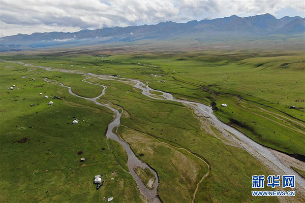这是9月7日拍摄的那拉提景区风光(无人机拍摄)。 那拉提景区位于新疆新源县境内,三面环山,巩乃斯河蜿蜒流过,保留着浓郁的民俗风情和丰富的草原文化。 新华社记者 邹予 摄