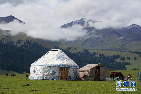 这是9月7日拍摄的那拉提景区风光。 那拉提景区位于新疆新源县境内,三面环山,巩乃斯河蜿蜒流过,保留着浓郁的民俗风情和丰富的草原文化。 新华社记者 邹予 摄