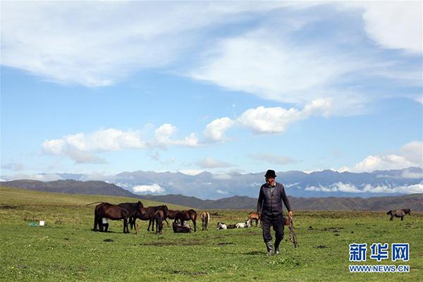 这是9月7日在那拉提草原拍摄的牧民。 那拉提景区位于新疆新源县境内,三面环山,巩乃斯河蜿蜒流过,保留着浓郁的民俗风情和丰富的草原文化。 新华社记者 程丽 摄