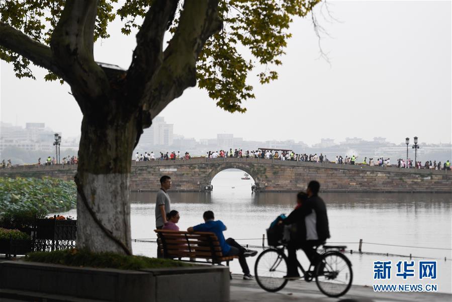 10月7日,游客在杭州西湖风景区休闲游玩。 经文化和旅游部综合测算,2019年国庆七天全国共接待国内游客7.82亿人次,同比增长7.81%;实现国内旅游收入6497.1亿元,同比增长8.47%。 新华社记者 黄宗治 摄