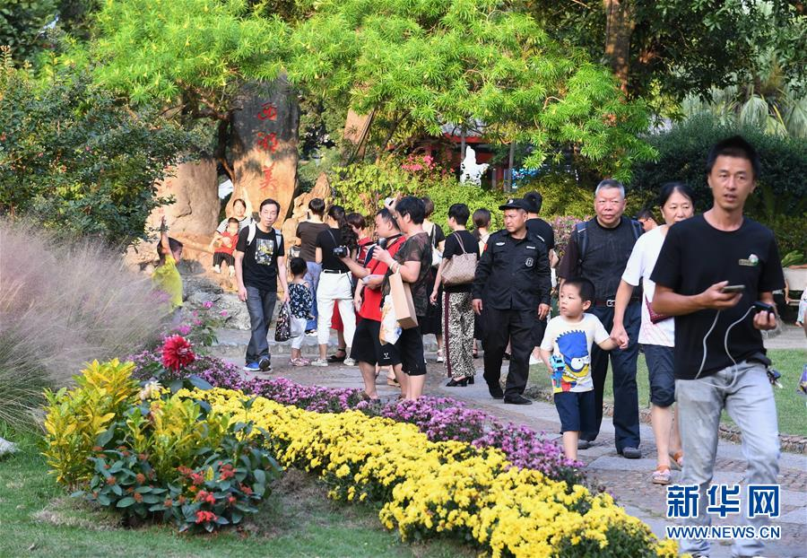 10月7日,游客在福州西湖公园游玩。 经文化和旅游部综合测算,2019年国庆七天全国共接待国内游客7.82亿人次,同比增长7.81%;实现国内旅游收入6497.1亿元,同比增长8.47%。 新华社记者 林善传 摄