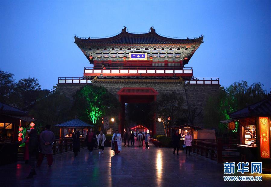 11月26日,游客在开封清明上河园景区游览。 新华社记者 李嘉南 摄