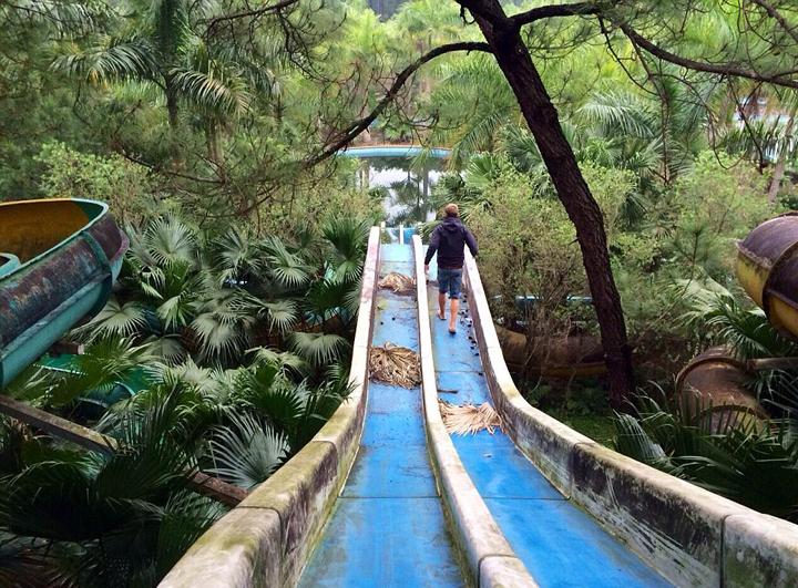 据英国《每日邮报》1月12日报道,越南顺化市香水县一座废弃的水上乐园因设备陈旧,荒凉落魄,整体看上去有些恐怖,但却成为众多旅游冒险者的必去之地。