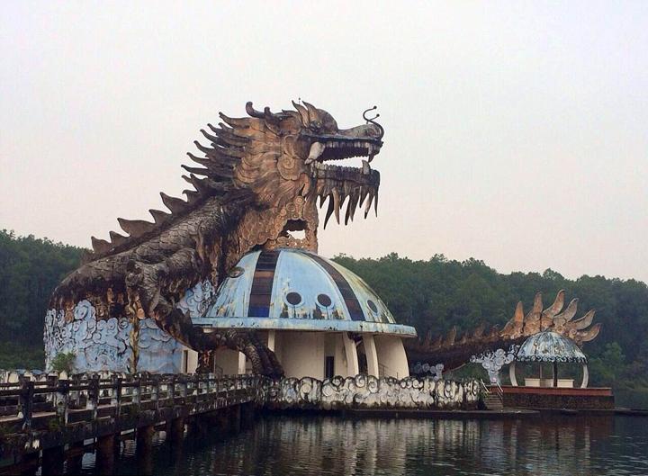 据悉,这座水上乐园2004年开放时就是一个半成品,一直没有完全竣工,最终直接被放弃建造,任由其自由腐化。水滑梯滑道两侧的棕榈树叶相互盘旋生长,湖水绿藻滋生,甚至有鳄鱼栖息在此,无人照顾。