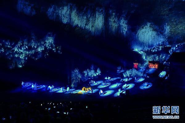 """演员在《印象武隆》实景演出中表演(3月12日摄)。    3月12日晚,新版大型山水实景演出《印象武隆》在重庆武隆桃园大峡谷上演。为向观众呈现更佳的视觉效果,《印象武隆》剧场今年进行了灯光升级改造、表演调整优化。《印象武隆》大型山水实景演出以国家级非物质文化遗产""""川江号子""""为主线,展现巴蜀大地壮美的自然景观和独特的风土人情。自2012年在重庆武隆桃园大峡谷正式公演以来,《印象武隆》已累计演出2200多场,观众达350余万人次。    新华社记者 刘潺 摄"""