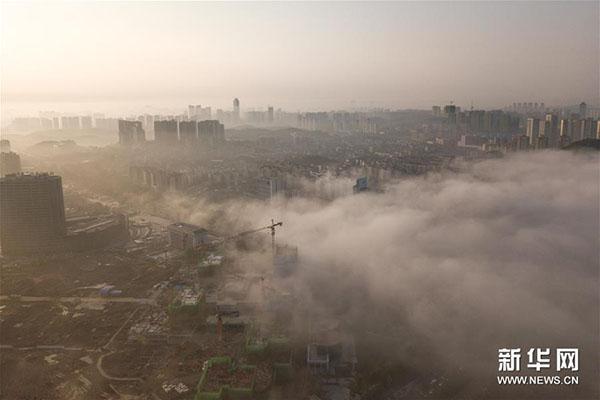 8月23日拍摄的贵阳市雾景。当日,贵阳市出现大雾天气,浓厚的雾气弥漫在城市上空,楼宇道路若隐若现。新华社记者刘续摄