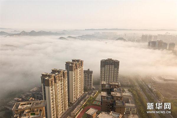 8月23日拍摄的贵阳市雾景。 当日,贵阳市出现大雾天气,浓厚的雾气弥漫在城市上空,楼宇道路若隐若现。 新华社记者刘续摄