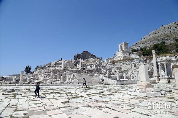 8月21日,游客参观土耳其萨加拉索斯古城遗址。新华社发(穆斯塔法·卡亚摄)