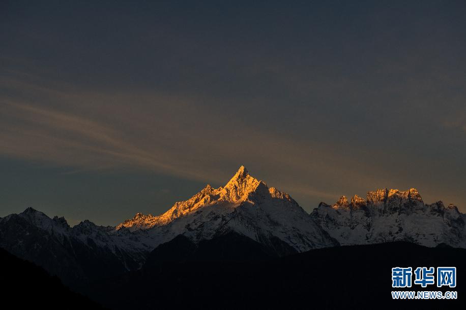 日出时分,阳光照射在梅里雪山缅茨姆峰上(11月8日摄)。新华社记者 胡超 摄