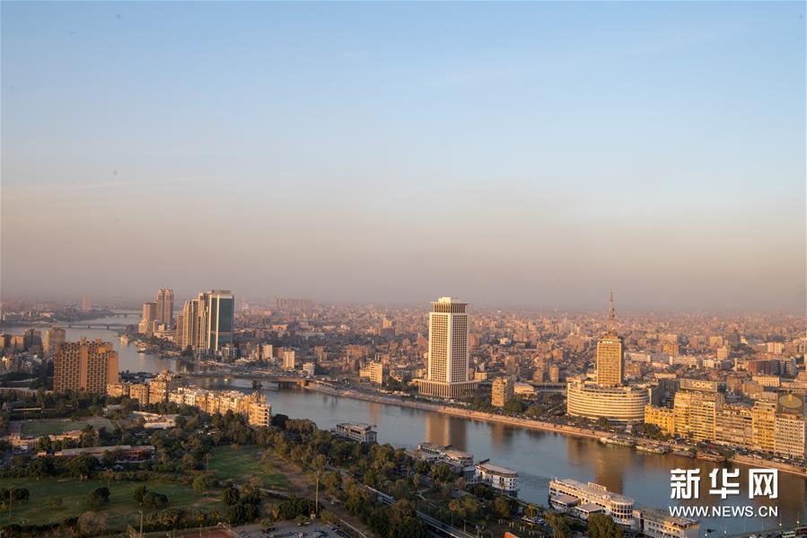 这是11月24日在埃及首都开罗的开罗塔上拍摄的尼罗河和开罗市区。 新华社记者 邬惠我 摄