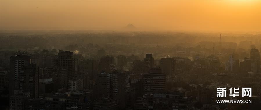 这是11月24日在埃及首都开罗的开罗塔上拍摄的吉萨金字塔群。 新华社记者 邬惠我 摄