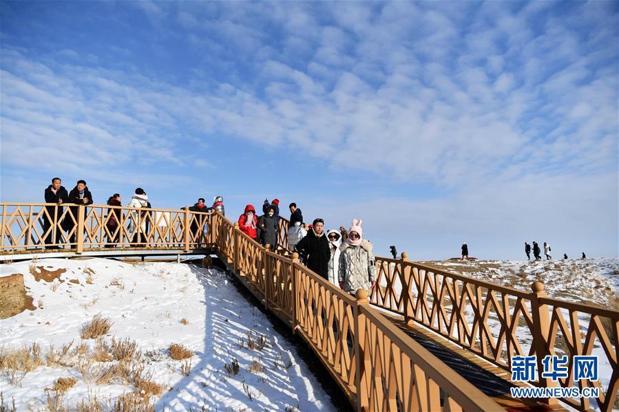 11月26日,来自全国百家旅行社的旅游业界人士在新疆福海县乌伦古湖海上魔鬼城景区参观。 福海县乌伦古湖海上魔鬼城景区位于新疆阿勒泰地区福海县吉力湖东岸,有着独特的雅丹地貌和水域景观,是当地著名的旅游胜地。 新华社记者 沙达提 摄
