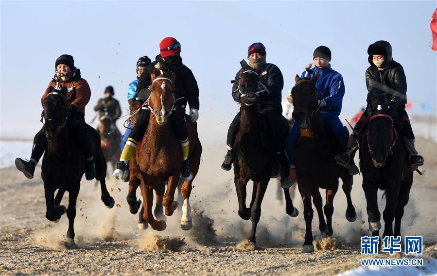 11月26日,在新疆福海县乌伦古湖海上魔鬼城景区,小骑手们参加赛马比赛。 福海县乌伦古湖海上魔鬼城景区位于新疆阿勒泰地区福海县吉力湖东岸,有着独特的雅丹地貌和水域景观,是当地著名的旅游胜地。 新华社记者 沙达提 摄