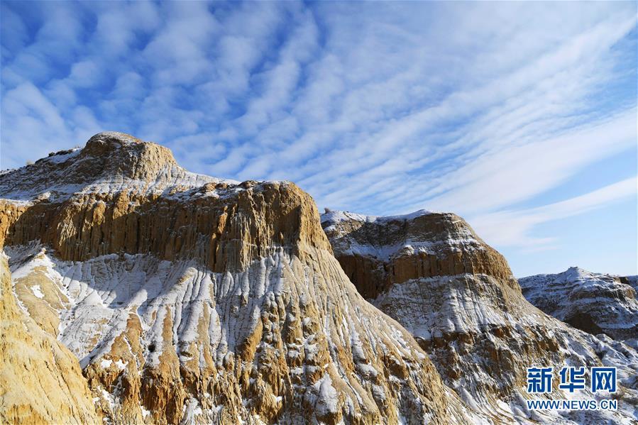 11月26日拍摄的新疆福海县乌伦古湖海上魔鬼城景区美景。 福海县乌伦古湖海上魔鬼城景区位于新疆阿勒泰地区福海县吉力湖东岸,有着独特的雅丹地貌和水域景观,是当地著名的旅游胜地。 新华社记者 沙达提 摄