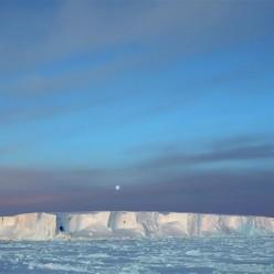 美丽的南极午夜冰山