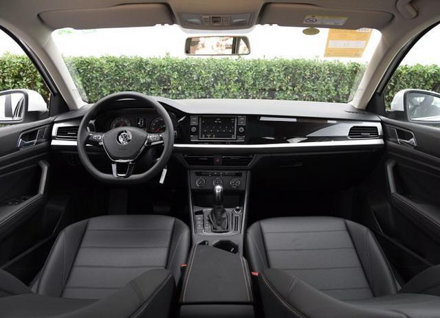 新车内饰延续了大众家族的简洁设计风格,配备8英寸液晶显示屏.