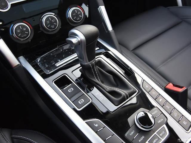 3月12日上午,2019款长城哈弗H7/H7L正式上市。新车最大的特点在于将现有的6速双离合变速箱升级成了全新的7速双离合变速箱,并且统一采用了黑底色的哈弗品牌LOGO。而相比现款,新车的外观、内饰造型则基本没有变化。    『2019款哈弗H7』   『2019款哈弗H7L』 作为年度改款车型,2019款哈弗H7/H7L完全保留了现款车型的设计。虽然不再区分红/蓝标款,但新款哈弗H7/H7L仍分别延续了在售哈弗H7蓝标版和哈弗H7L红标版车型的造型,但二者的尺寸和营造的风格均有所区别。尺寸方面,哈弗H7