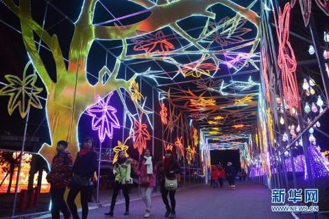 """上海世博公园亮""""魔""""灯"""