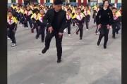 【中国那些事儿】中国校长带学生跳鬼步舞火遍全球 外国网友这样点赞