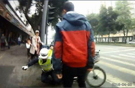 小伙侵占机动车道不服罚 对女交警动粗