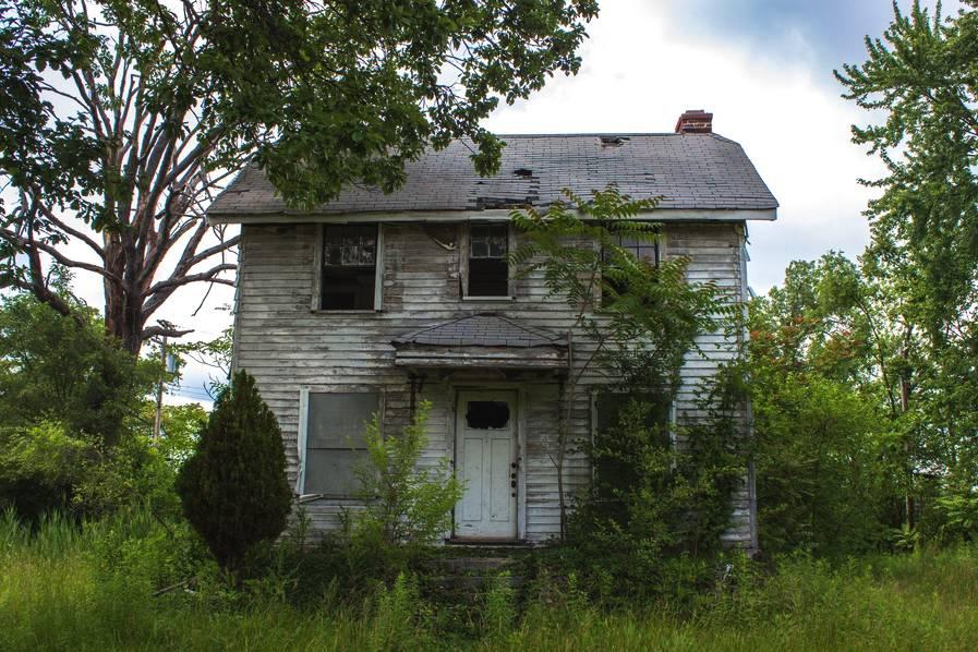 据9News报道,在美国底特律,数十栋破旧的老式别墅成了当地一道凄凉的风景,这里也被称为鬼城,远远看上去让人觉得不寒而栗。  28岁的Ioanna Sakellaraki是来自希腊的一位摄影师,当他发现这条阴冷的街区时,十分惊讶。他说,在这个州里看到那么多被遗弃多年的房子,我真得是没有想到。  据悉,这些别墅区曾是繁华都市的豪华家庭住宅,而如今物是人非,此地早已变得面目难辨。有的房屋被砸碎了窗户,还有被茂密的葡萄藤覆盖着,根本得不到阳光的照耀,看起来阴森恐怖。  在20世纪30-40年代,美国城市